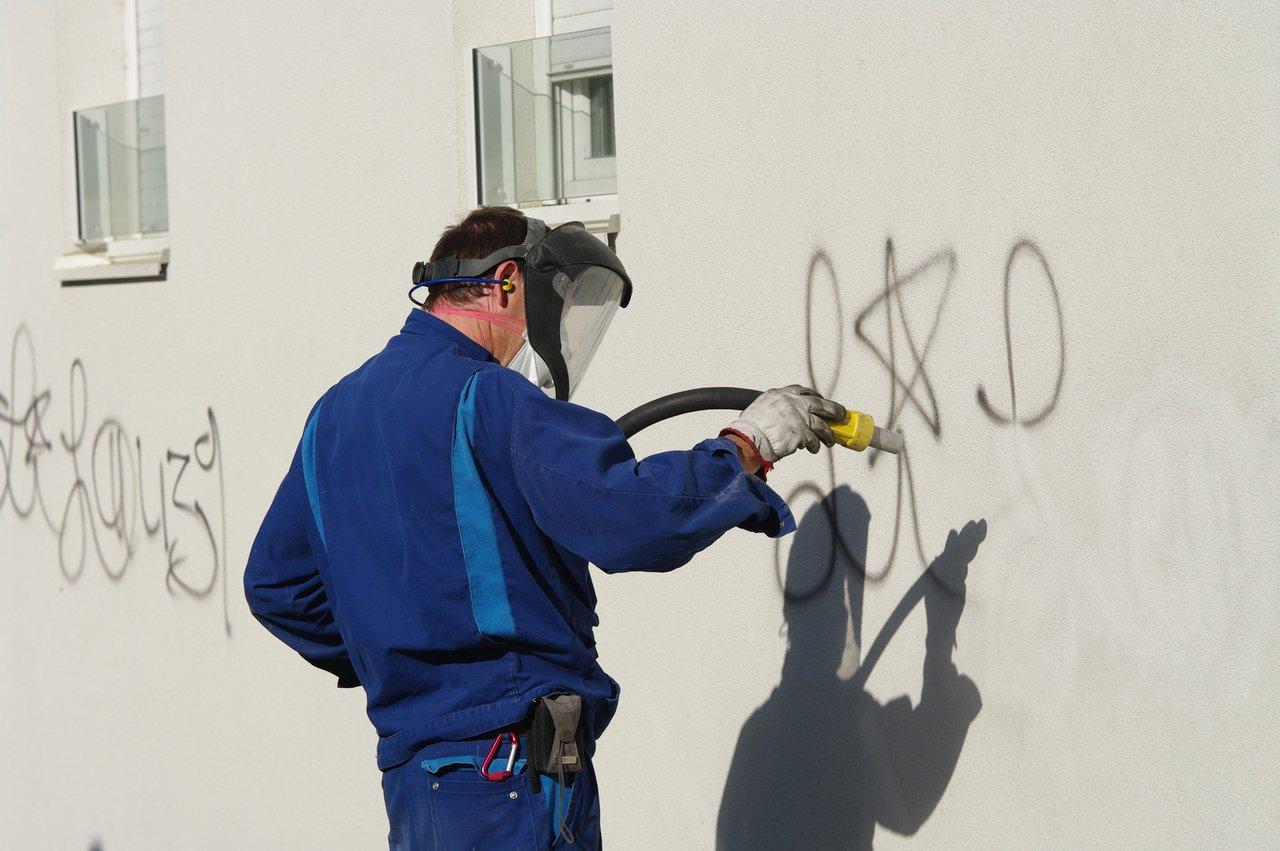 Zuverl ssige und schnelle graffiti entfernung vom fachmann - Locher in der wand stopfen ...